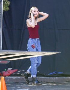 lily_rose_depp_sur_le_set_du_film_yoga_hosers_en_2014_2299-jpeg_north_499x_white